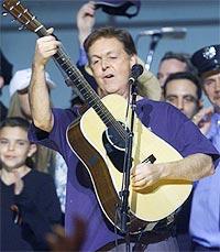 Paul McCartney klarte med sin bakgrunn som gitarist å forsterke rockebassistens rolle. Senere ble han bandets multi-instrumentalist. Foto: AP / SCANPIX.