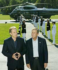 Storbritannias statsminister Tony Blair og USAs president George W. Bush svarer på spørsmål fra journalister i Camp David, 7. september 2002. (Foto: Reuters/Win McNamee)