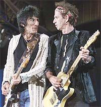 Stones-gitaristene Ronnie Wood og Keith Richards på starten av bandets andre konsert under Licks-turneen foran 48.000 fans på Gillette Stadium 5. september i Foxboro, Massachusetts. Foto: REUTERS / Jim Bourg.