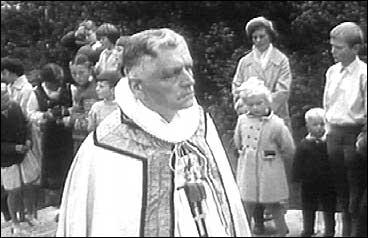 Biskop Ragnvald Indrebø går fremst i prosesjonen med dei geistlege under innviinga av Høyanger kyrkje i 1960. (Foto: NRK)