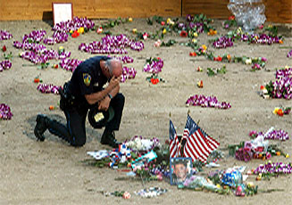 En politimann fra New York hedrer sine døde kollegaer på Ground Zero. (Foto: Reuters-Scanpix)