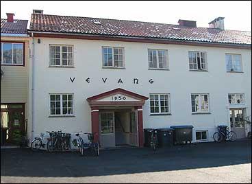 Hovudinngangen på Vevang. (Foto: Arild Nybø, NRK)
