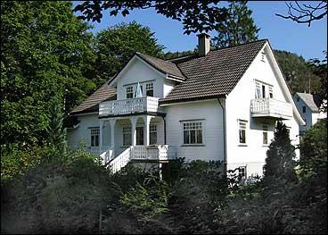 Huset på Granholt i dag er ein kopi av det gamle bygget til Falchs Pensjonat- og Middelskole som brann ned i 1986. (Foto: Arild Nybø, NRK)