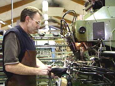 Det starta som kloggfabrikk, seinare Jarl Skofabrikk og enda som Dale Sko. Les om dei store industrieventyra i Fjaler. (Foto: NRK)