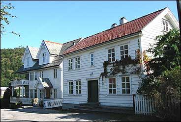 På Tross dreiv Kristian Hope handel i huset til høgre. Seinare kom Ludvig Sagevik og bygde huset til venstre. (Foto: A. Nybø, NRK)