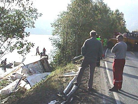 Bilen var lastet med trelast og havnet halvveis ut i Hallingsdalselva. Foto: Gunnar Grimstveit.