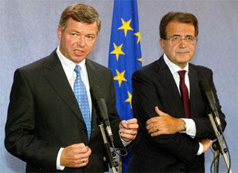 Bondevik-regjeringen kan bli sprengt av EU-saken. Her er Kjell Magne Bondevik fotografert med EU-kommisjonens president Romano Prodi. (Arkivfoto: Reuters/Scanpix)