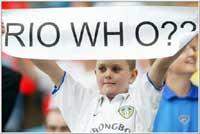En ung Leeds-supporter viser hva han mener om Rio Ferdinand. (Foto Allsport)