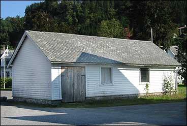 I 1860 sto skulehuset i Dale ferdig. (Foto: Arild Nybø, NRK)