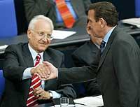 Opposisjonslederen Edmund Stoiber hilser på den sittende kansleren, Gerhard Schröder, etter en debatt i forbundsdagen 13. september 2002. (Foto: Reuters/Alexandra Winkler)