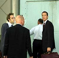 Mulla Krekars advokater på vei til å møte ham i fengslet i Amsterdam.