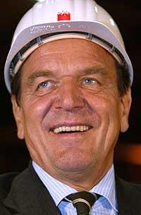 Gerhard Schröder farter land og strand under valgkampen. Her fra et besøk på et stålverk i Georgsmarienhuette 16. september 2002. (Foto: Reuters/Christian Charisius)