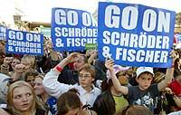 Tilhengere ber Gerhard Schröder og utenriksminister Joschka Fischer fortsette under en kampanje i Berlin 15. september 2002. (Foto: Reuters/Arnd Wiegmann)
