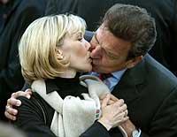 Gerhard Schröder kysser kona Doris Schröder-Koepf under et valgmøte i Berlin 15. september 2002. (Foto: Reuters/Tobias Schwarz)