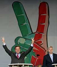 Forbundskansler Gerhard Schröder og utenriksminister Joschka Fischer under et valgmøte For SPD og De grønne i Berlin 15. september. (Foto: Reuters/Tobias Schwarz)