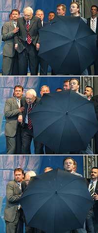 Ikke alle er like glade i Edmund Stoiber. På et valgmøte i Braunschweig 3. september måtte livvaktene beskytte ham da tilskuere kastet flasker mot utfordreren. (Foto: Reuters/Fabrizio Bensch)