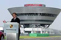Gerhard Schröder farter rundt over hele Tyskland under valgkampen. Her fra åpningen av en Porsche-fabrikk i Leipzig 20. august 2002. (Foto: Reuters/Juergen Schwarz)