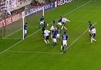 Azar KAradas setter ballen i mål med kneet (Foto: TV3)