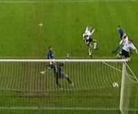 Karadas får stå helt umarkert å nikke ballen i mål bak Francesco Toldo (Foto: TV3)