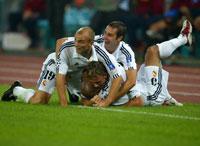 Guti blir feiret av lagkamerater i Real Madrid (Foto: Reuters)