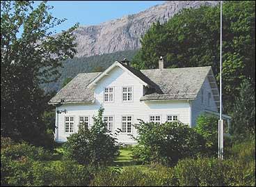 Prestegarden på Bjerga vart nytta som kapteinsgard i samband med eksersisplassen. (Foto: Arild Nybø, NRK)