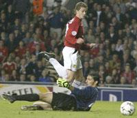Solskjær pirket ballen forbi en utrustende keeper, etter et flott gjennom spill av van Nistelrooy. (Foto: Ian Hodgson/Reuters)