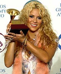 Columbianske Shakira er et ekte Pepsi-produkt. Her med årets Latin Grammy pris. Foto: Adrees Latif, Reuters / Scanpix.