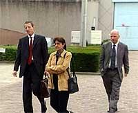 Mulla Krekars advokater på vei ut fra fengselet etter torsdagens fengslingsmøte. (Foto: NRK)