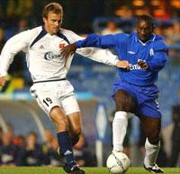 Trygve Nygaard i kamp med Chelseas Jimmy Floyd Hasselbaink under fjorårets UEFA-cupkamp