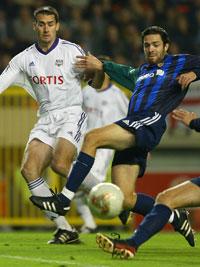 Stabæks André Inge Olsen i kamp om ballen med Anderlechts Clayton Zane.