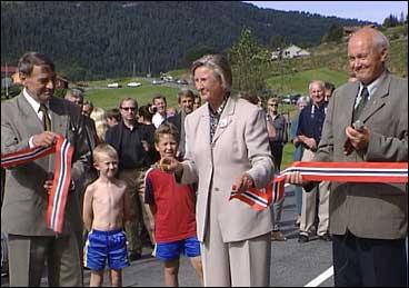 Astrid Marie Nistad sto for opninga av den utvida riksveg 57 i 1999. Til venstre står dåverande ordførar Arne Kyrkjebø, og til høgre er vegsjef Lars Lefdal. (Foto: Heidi Lise Bakke, NRK)