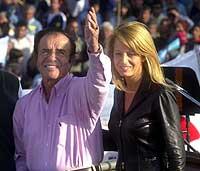 Carlos Menem og kona Cecilia Bolocco under et valgarrangement i fjor høst. (Foto: Daniel Luna, AP)