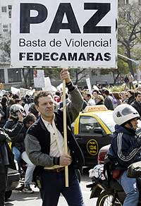 Flere tusen argentinere protesterte 6. september 2002 mot voldsbølgen som rammer det kriserammede landet. (Foto: Reuters/Rickey Rogers)