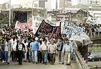 Hundrevis av arbeidsløse stanset trafikken for å kreve arbeidsledighetstrygd og nye jobber 26. august 2002. (Foto: Reuters/Enrique Marcarian)