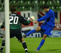 van Nistelrooy setter ballen mellom beina på Leverkusens keeper (Foto: Allsport)