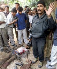 En indisk kommandosoldat ved siden av levningene av en av gjerningsmennene. (Foto: Reuters/Scanpix)