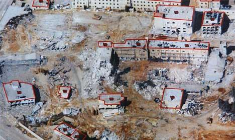 GRUSHAUG: Dette oversiktsbildet som den israelske hæren friga i dag, viser hvor stor ødeleggelsene er i Arafats hovedkvarter. (Foto: Scanpix/Reuters)