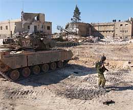 En israelsk soldat og stridsvogn foran bygningene som fortsatt står i Arafats hovedkvarter. (Foto: Scanpix/Reuters)
