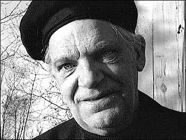 Jakob Sande ved hytta på Kobbeskjærshaugen i 1966. (Foto: NRK)
