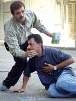 Palestiner som har inhalert tåregass under angrepet mot Hebron. REUTERS/Nayef Hashlamoun