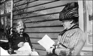 Willa Falch (t.h.) og Emilie Michelsen Smith på verandaen på Tross i 1915. (Foto © Fylkesarkivet)