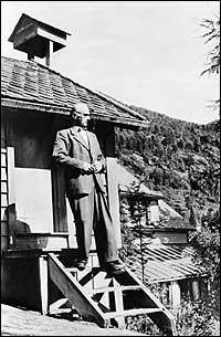 Erik Grant Lea på trappa til kapellet i 1949. (Foto © Fylkesarkivet)