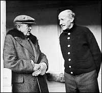 Barthold Vonen (t.v.) i samtale med Claude Lillingston jr. i 1945. (Foto © Fylkesarkivet)