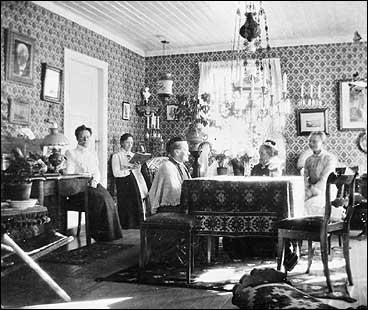 Thora Wettergren (i midten) saman med familien på Yksnebjør i 1906. (Foto © Fylkesarkivet)