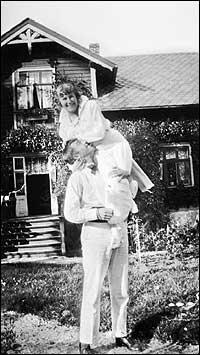 Det nygifte paret Gösta og Astri i hagen på Tross i 1917. (Foto © Fylkesarkivet)