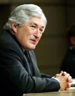 SAKKER AKTERUT: Verdensbankdirektør James Wolfensohn mener gjenoppbyggingen av Irak ligger langt etter skjemaet. (Foto: H.Kang, Reuters)