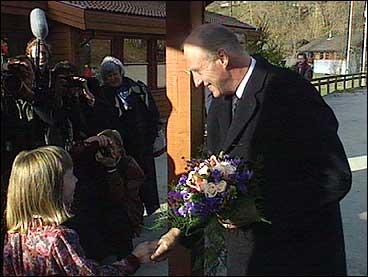 Kong Harald 5. får blomar når han kjem for å opne Hauglandsenteret i 1992. (Foto: Per Johan Grue, NRK)