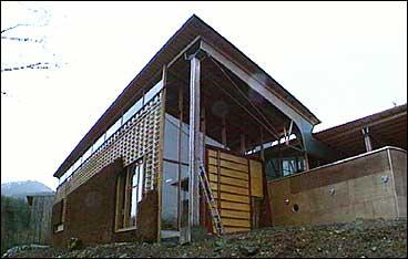 Kunstnarsenteret har ei særeigen utforming. (Foto: NRK)