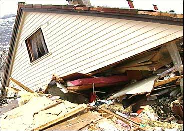 Eit ektepar kom til skade då eit ras i Bortheimsvika feia dette huset av grunnmuren i 1998. Sjå video. (Foto: Arild Nybø, NRK)