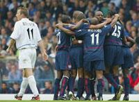 Arsenal-spillerne jubler, mens Lee Bowyer depper (Foto: Allsport)